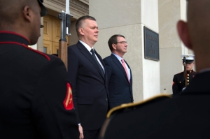 epa04756707 US Secretary of Defense Ashton Carter (R) and Polish Defense Minister Tomasz Siemoniak listen to the Polish national anthem during an honor cordon ceremony at the Pentagon in Arlington, Virginia, USA, 19 May 2015.  EPA/SHAWN THEW  Dostawca: PAP/EPA.